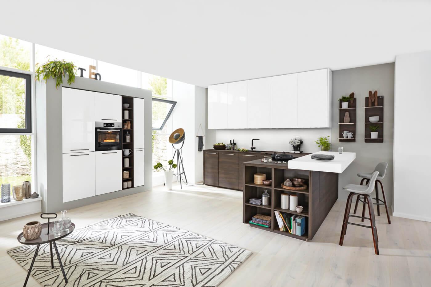Moderne keuken met lakelementen witgrijs contrasterend